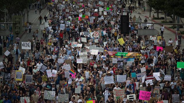 anti-trump-protests-in-los-angeles_4561397_ver1-0_640_360